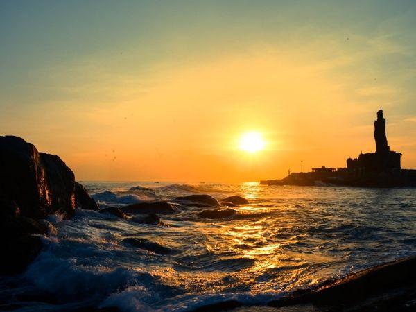 फोटो कन्याकुमारी के तिरुवल्लुवर स्टैच्यू की है। यहां समुद्र में सूर्यास्त का नजारा कुछ इस तरह नजर आया।