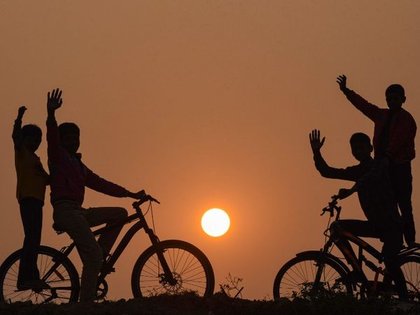 फोटो पटना की है। यहां साल के आखिरी शाम साइकिलिंग करते बच्चे।