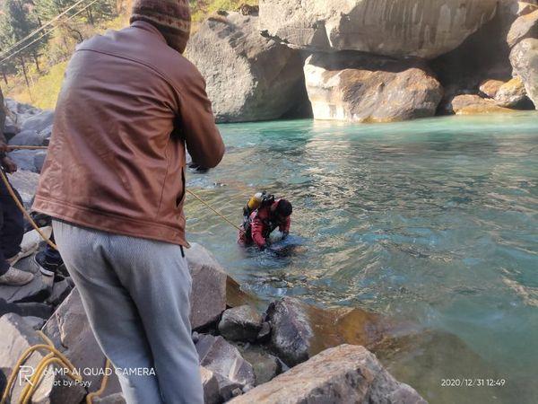 पर्यटक मणिकर्ण घाटी के गलु पुल के नीचे सेल्फी लेते हुए नदी में गिर गया था। - Dainik Bhaskar