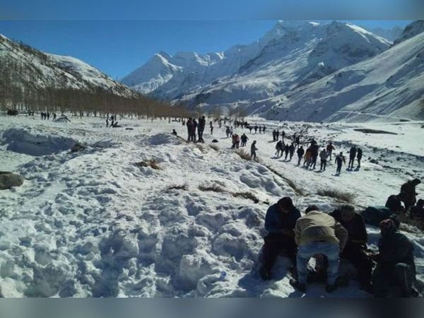 लाहौल-स्पीति में बर्फ में अठखेलियां करते बाहरी राज्यों से आए पर्यटक। इस बार पहली बार यहां नए साल का जश्न मनाया गया है। - Dainik Bhaskar