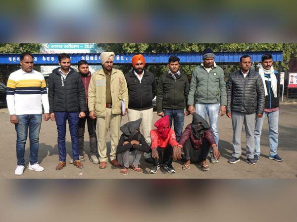 सिरसा पुलिस की गिरफ्त में लूटपाट गिरोह के मेंबर, जिन्होंने बीते दिनों इलाके में इस तरह की 11 वारदातों को अंजाम देने की बात कबूली है। - Dainik Bhaskar