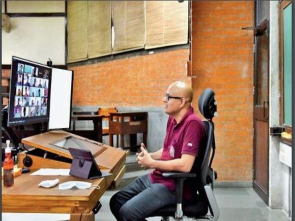 सॉफ्टवेयर की मदद से लैपटॉप के कैमरे और इसके सामने बैठे विद्यार्थी की मूवमेंट पर भी नजर रखी जा सकती है। - प्रतीकात्मक फोटो - Dainik Bhaskar