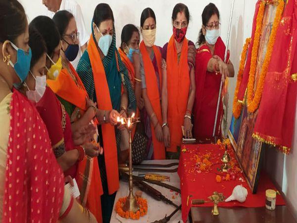 अयोध्या में श्रीराम मंदिर निर्माण के लिए  चंदा एकत्र करने  विश्व हिंदू परिषद की दुर्गावाहिनी गांव जाएंगी।मां दुर्गा चालीसा पाठ एवं शस्त्र पूजन करती दुर्गावाहिनी की महिलाएं। फाइल फोटो - Dainik Bhaskar