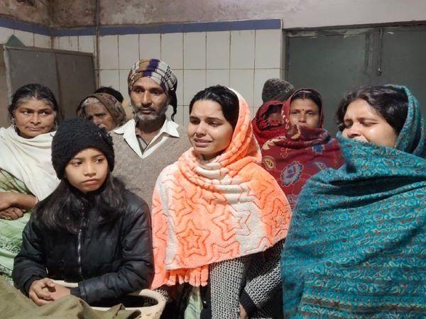 विचाराधीन बंदी की मौत के बाद अस्पताल में रोते-बिलखते परिजन। - Dainik Bhaskar