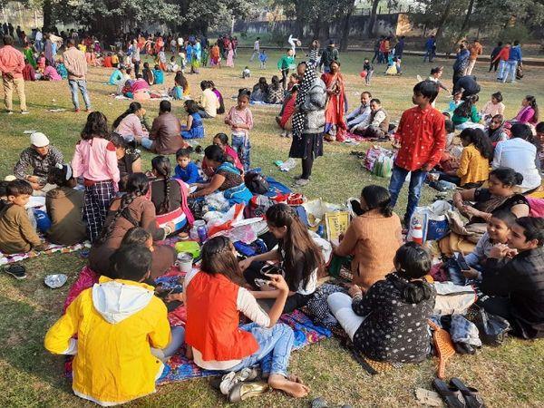 कुम्हरार पार्क में जमा पिकनिक मनाने वालों की भीड़।