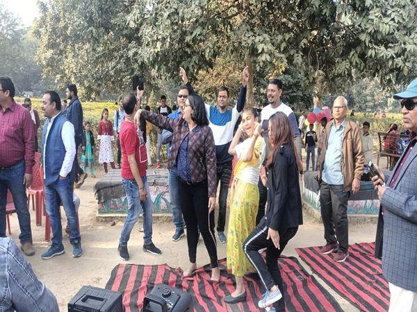 भागलपुर में बिना मास्क के नाच-गा रहे लोग।