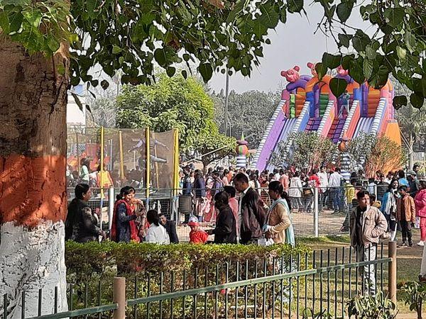 पटना के इको पार्क में न बच्चे और न वयस्क कर रहे कोरोना नियम का पालन।