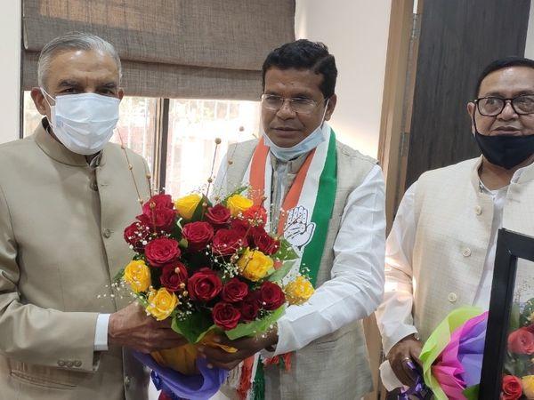 कांग्रेस प्रदेश अध्यक्ष मोहन मरकाम ने आज कांग्रेस के राष्ट्रीय कोषाध्याक्ष और पूर्व केंद्रीय मंत्री पवन बंसल का राजीव भवन में स्वागत किया। बंसल दिवंगत मोतीलाल वोरा की श्रद्धांजलि सभा में शामिल होने दुर्ग आए थे। - Dainik Bhaskar