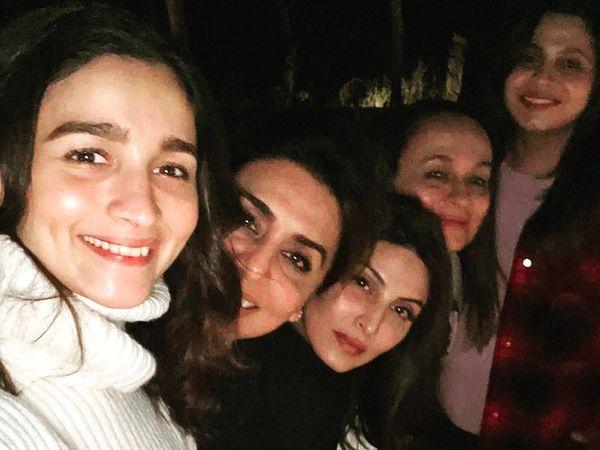 आलिया भट्ट, नीतू कपूर, रिद्धिमा कपूर, आलिया की मां सोनी राजदान और बहन शाहीन भट्ट।