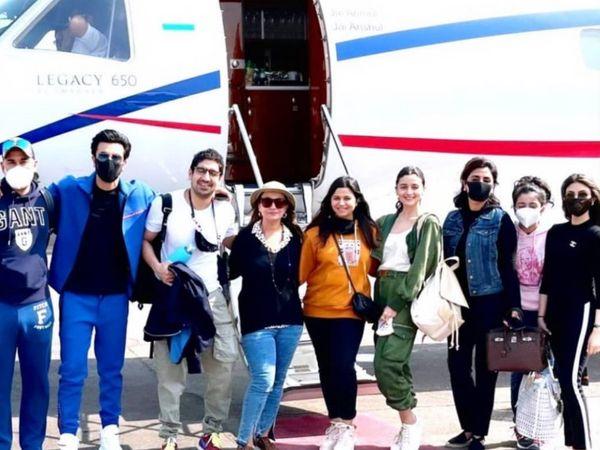 एक चार्टर से जयपुर पहुंचे थे कपूर और भट्ट परिवार।