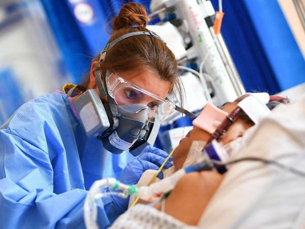 ब्रिटेन के अस्पतालों में शुक्रवार को 28 हजार से ज्यादा संक्रमित भर्ती हुए। अप्रैल के बाद यह एक दिन में अस्पतालों में भर्ती होने वाले मरीजों का सबसे बड़ा आंकड़ा है। (फाइल)