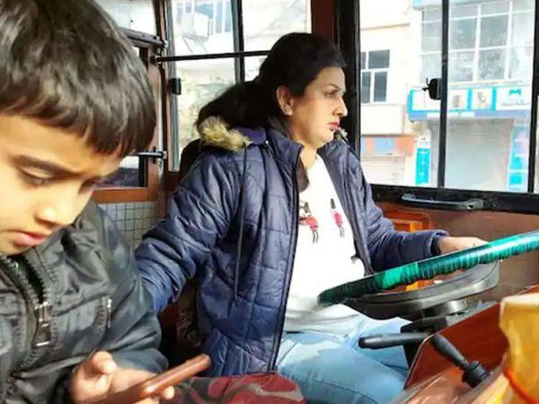 पूजा का छोटा बच्चा भी अक्सर उनके साथ रहता है। वे ड्राइविंग के साथ परिवार की भी देखभाल करती हैं।