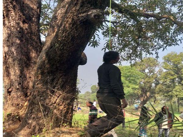 पिता चतुर्भुज का शव पेड़ से लटकते हुए।