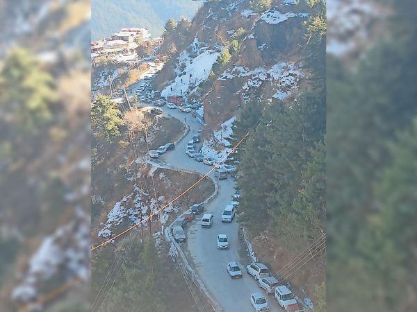 ढली टनल के पास बाइपास पर लगी गाड़ियों की लाइनें - Dainik Bhaskar