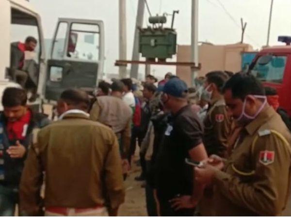 बीकानेर के श्रीडूंगरगढ़ में करंट की चपेट में आया डंपर और मौके पर पहुंची पुलिस। - Dainik Bhaskar