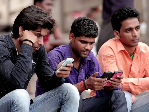 कंपनी अपने ग्राहकों को SMS के माध्यम से इसके बारे में बता रही है - Dainik Bhaskar