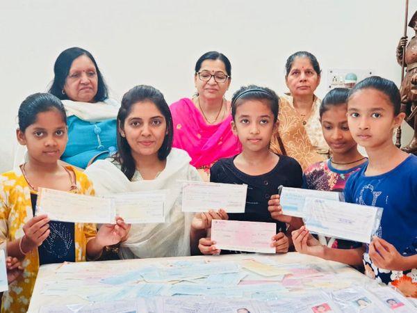 वडोदरा की रहने वाली निशिता बच्चियों की फीस भरने के साथ उनके लिए कॉपी-किताब और स्कूल बैग का इंतजाम भी करती हैं। त्यौहारों पर उनके लिए कपड़े भी लाती हैं। - Dainik Bhaskar