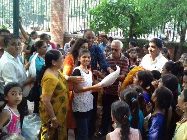 निशिता गरीब तबके के छात्राओं की मदद के साथ-साथ बुजुर्ग नागरिकों के खाने के लिए टिफिन भी उपलब्ध कराती हैं।