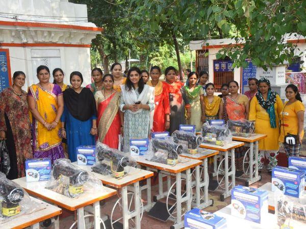 पढ़ाई के साथ-साथ निशिता छात्राओं को आत्मनिर्भर बनाने के लिए सिलाई मशीन जैसी चीजें भी उपलब्ध करा रही हैं।
