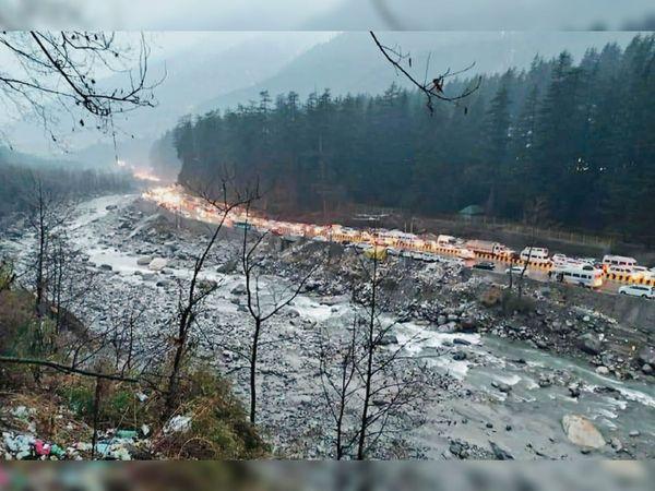 पहाड़ों पर बर्फबारी का मजा लेने पड़ोसी राज्यों से सैकड़ों वाहनों में हजारों पयर्टक मनाली की ओर चल दिए। इस वजह से मनाली-वाहंग रोड पर कई किलाेमीटर लंबा जाम लग गया। इससे लोग काफी परेशान हुए। - Dainik Bhaskar