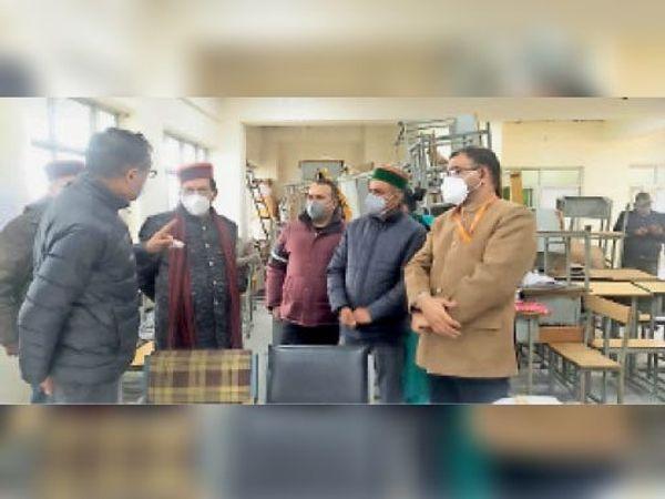 आईजीएमसी में अधिकारियों से बातचीत करते मंत्री सुरेश भारद्वाज। - Dainik Bhaskar