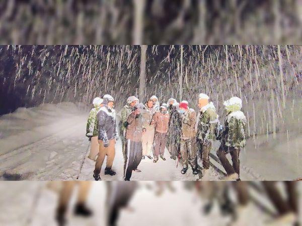 बर्फबारी के बीच पर्यटकों को रेस्क्यू करती टीम। - Dainik Bhaskar