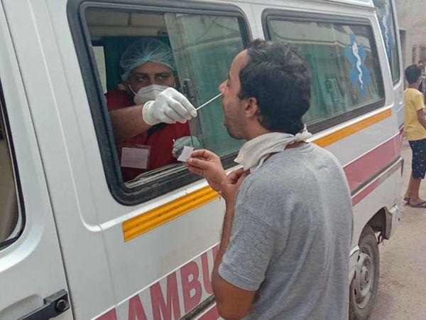 कोरोना की जांच अब ग्रामीण क्षेत्रों में मोबाइल वेन से अधिक हो रही है। (फाइल फोटो) - Dainik Bhaskar
