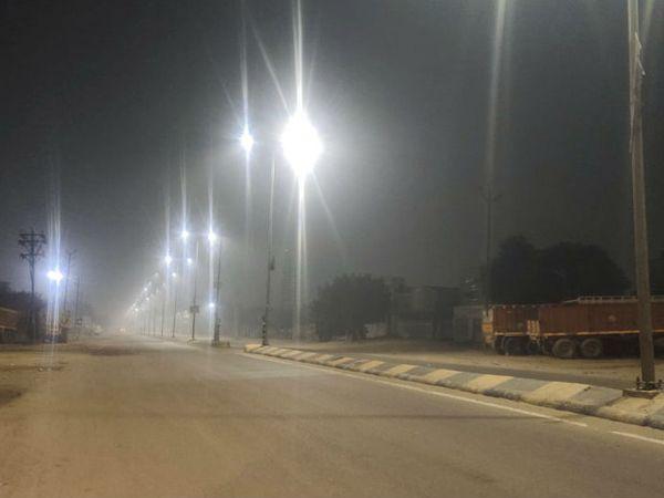 बीकानेर-जैसलमेर मार्ग पर सर्दी के कारण शनिवार रात जीरो मूवमेंट जैसे हालात नजर आये - Dainik Bhaskar
