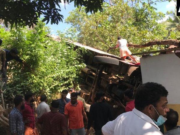 क्षतिग्रस्त बस से घायलों को निकालते स्थानीय लोग।
