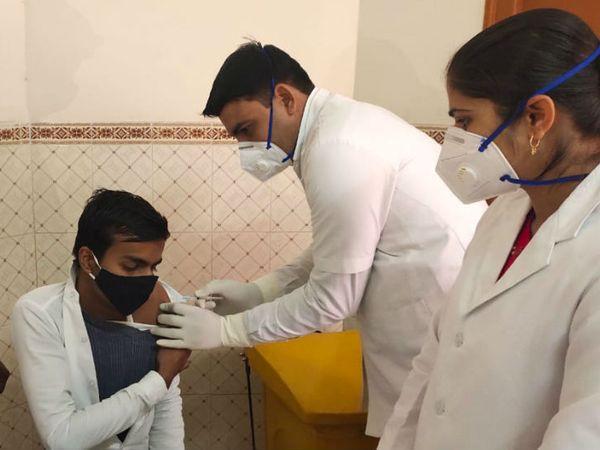 बीकानेर के पीबीएम अस्पताल में वेक्सीनेशन की ट्रायल करते नर्सिंग कर्मचारी - Dainik Bhaskar