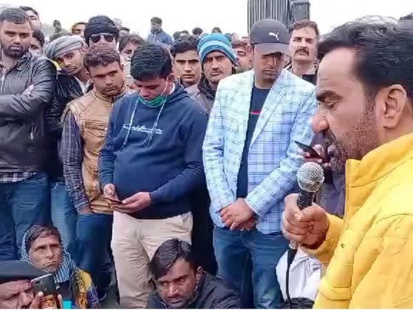 शाहजहांपुर बॉर्डर पर सांसद हनुमान बेनीवाल किसान व कार्यकर्ताओं को संबोधित करते हुए। - Dainik Bhaskar