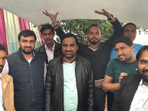 बारिश के दौरान नागौर सांसद हनुमान बेनीवाल भी आंदोलन में मौजूद रहे। - Dainik Bhaskar