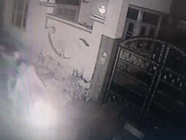 CCTV में दिख रहा है कि बाइक सवार हमलावर कांग्रेसी नेता के घर बोतलें फेंक रहे हैं। - Dainik Bhaskar