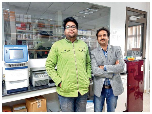 पीएचडी छात्र शुभम जायसवाल के साथ (बाएं) डॉ. विनीत कुमार शर्मा। - Dainik Bhaskar