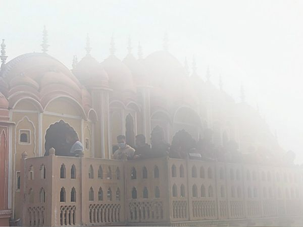 जयपुर में कोहरे में ढंका हवामहल।
