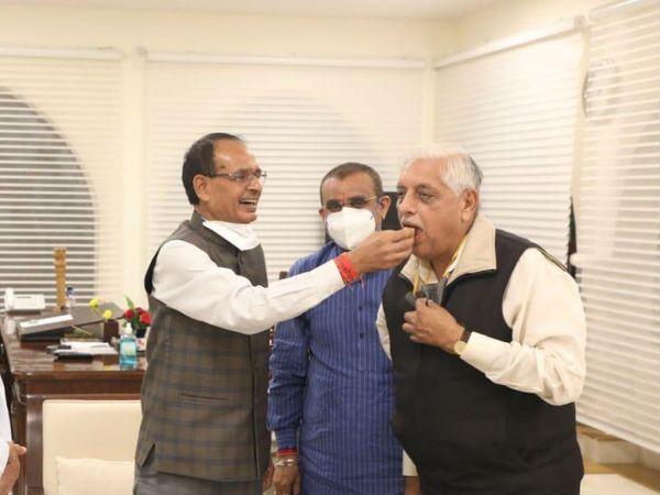 उपचुनाव का रिजल्ट आने के बाद 13 नवंबर को सीएम हाउस में मुख्यमंत्री शिवराज सिंह चौहान ने अजय विश्नाई को मिठाई खिलाई थी। इस दौरान प्रदेश अध्यक्ष वीडी शर्मा भी मौजूद रहे। (फाइल फोटो) - Dainik Bhaskar