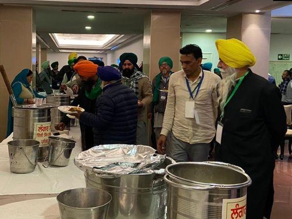 किसानों ने पिछली बैठक में सरकार का खाना नहीं खाया था। तब केंद्रीय मंत्रियों ने उनके साथ लंच किया था। इस बार भी किसानों के लिए लंगर से ही खाना लाया गया।