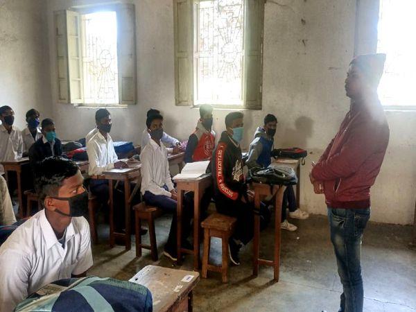 राजकीय इंटरमीडिएट जिला स्कूल में बिना मास्क लगाए ही पढ़ाते दिखे शिक्षक। - Dainik Bhaskar
