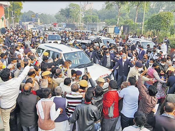धरने के दौरान कांग्रेस कार्यकर्ताओं ने कोरोना प्रोटोकॉल की जमकर धज्जियां उडाईं। न तो मास्क दिखा, न सोशल डिस्टेंसिंग। - Dainik Bhaskar