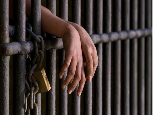 पुलिस ने तीनों आरोपियों के खिलाफ NDPS एक्ट के तहत मामला दर्ज करके व्यक्ति को गिरफ्तार कर लिया है। - Dainik Bhaskar