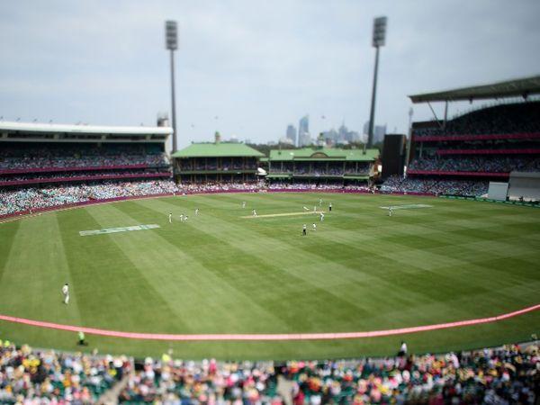 भारत और ऑस्ट्रेलिया के बीच 7 जनवरी से सिडनी में खेले जाने वाले तीसरे टेस्ट मैच में  9500 लोग मैच देख सकते हैं। इससे पहले दो वनडे और दो टी-20 मैच में 18,000 लोगों को स्टेडियम में इंट्री दी गई थी। - Dainik Bhaskar