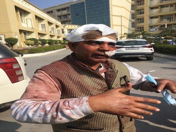सिविल अस्पताल में लूट की वारदात की जानकारी देता पीड़ित उम्मेद सिंह। - Dainik Bhaskar