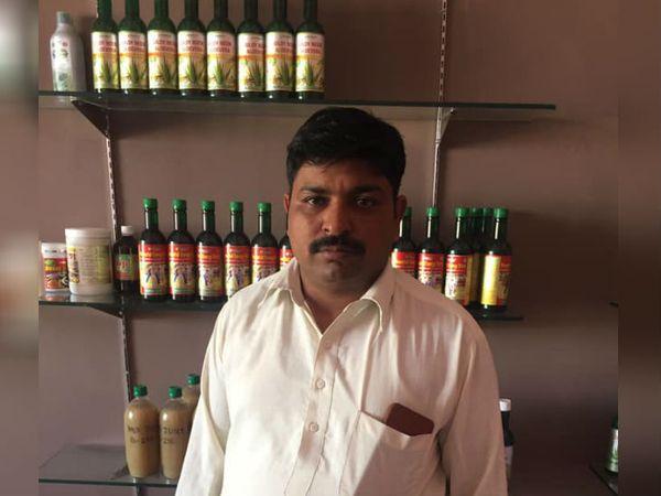 राजस्थान के हनुमानगढ़ जिले के रहने वाले अजय स्वामी पिछले 12 साल से एलोवेरा की खेती और प्रोसेसिंग कर रहे हैं। - Dainik Bhaskar