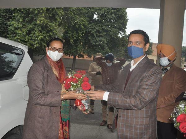 जालंधर के सर्किट हाउस में नवनियुक्त डिविजनल कमिश्नर गुरप्रीत कौर सपरा का स्वागत करते DC घनश्याम थोरी। - Dainik Bhaskar