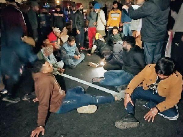 यह तस्वीर सोमवार रात की है, जब मृतक के परिजनों ने हाइवे जाम कर पुलिस के खिलाफ नारेबाजी की थी। - Dainik Bhaskar
