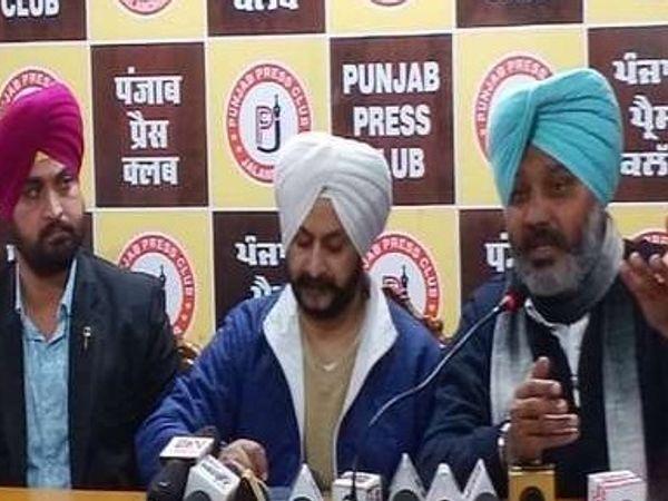 जालंधर के प्रेस क्लब में पत्रकारों से बातचीत करते AAP नेता हरपाल चीमा, पंजाब इंंचार्ज जरनैल सिंंह व अन्य। - Dainik Bhaskar