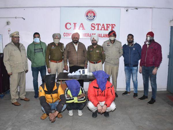 जालंधर की कमिश्नरेट पुलिस की तरफ से पकड़े गए तस्करों के साथ पुलिस टीम। - Dainik Bhaskar