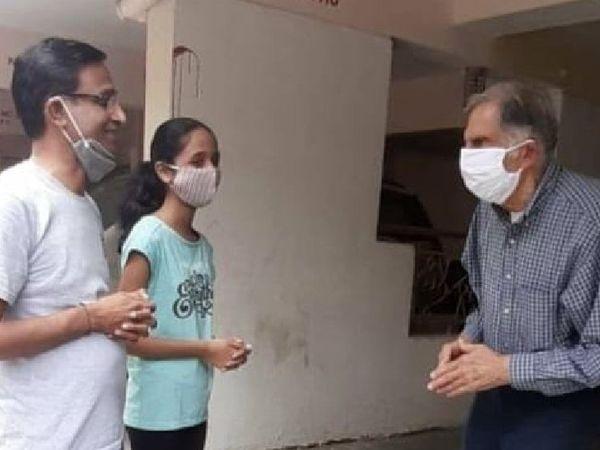 सोशल मीडिया पर रतन टाटा की ये फोटो वायरल हो रही है। बताया जा रहा है कि रतन टाटा पुणे की फ्रैंड्स कॉलोनी में अपने एक पूर्व कर्मचारी से मिलने के लिए पहुंचे थे। - Money Bhaskar