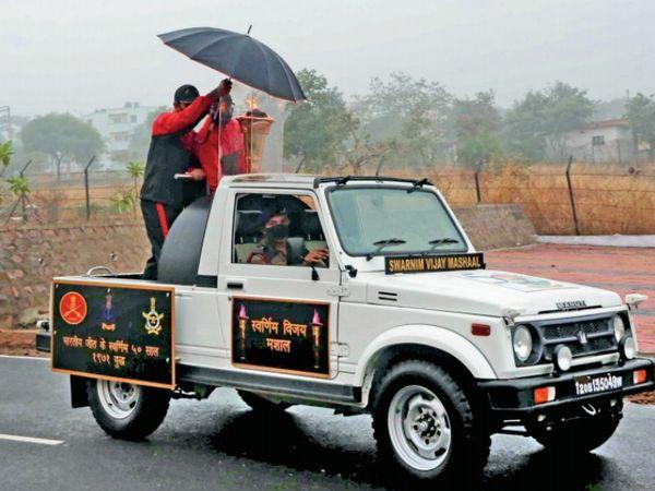 1971 का युद्ध जीतने के 50 साल पूरे होने पर देशभर में घुमाई जा रही विजय मशाल भोपाल पहुंची, यहां बारिश की वजह से छाता लेकर मशाल घुमानी पड़ी।