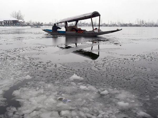 श्रीनगर में डल झील जम गई है।